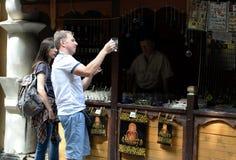 人们在莫斯科在市场Izmailovsky克里姆林宫上选择纪念品 图库摄影
