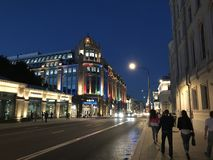 人们在莫斯科平衡的夏天街道走  商店'Detsky mir的有启发性大厦 图库摄影