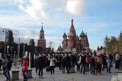 人们在莫斯科进入Zaryadye公园 克里姆林宫被看见在背景 库存照片