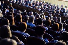 人们在表现期间的观众席 一个戏剧作品 库存图片