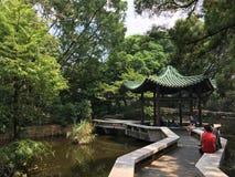 人们在避暑别墅休息在九龙公园,香港 免版税图库摄影