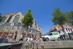 人们在阿姆斯特丹的堤防放松 库存照片