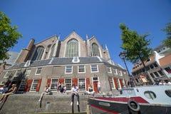 人们在阿姆斯特丹的堤防放松 免版税库存图片
