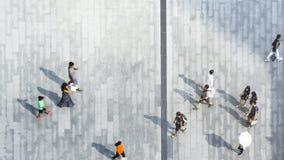 人们在顶视图城市路具体风景走  免版税库存图片