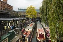 人们在食物市场上在坎登镇伦敦大英国 免版税库存图片