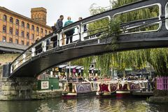 人们在食物市场上在坎登镇伦敦大英国 免版税库存照片
