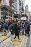 人们在香港穿过街道 免版税库存图片