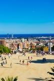 人们在2012年9月13日访问公园Guell在巴塞罗那, 库存图片