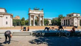 人们在Arco叫作和平曲拱的della步幅前面行使并且交往在米兰,意大利,被建立作为Foro一部分 免版税库存图片
