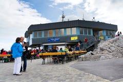 人们在Dachstein Panaromarestaurant前面坐2017年8月17日在Ramsau上午Dachstein,奥地利 库存图片