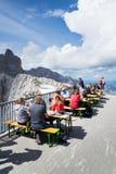 人们在Dachstein Panaromarestaurant前面坐2017年8月17日在Ramsau上午Dachstein,奥地利 免版税库存图片