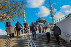 人们在Eminonu移动地下过道台阶在伊斯坦布尔土耳其 免版税库存照片