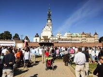 人们在Jasna Gora修道院祈祷在琴斯托霍瓦在波兰 免版税图库摄影