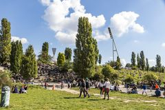 人们在Mauerpark享受晴朗的星期天在柏林 免版税库存图片