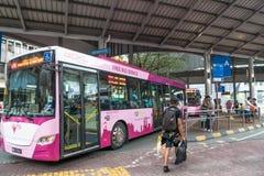 人们在Pasar Seni,吉隆坡能看见等待在汽车站的公共汽车 库存照片