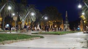 人们在Passeig de LluAss公司的巴塞罗那走并且获得乐趣 股票视频