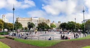 人们在Placa Catalunya走在巴塞罗那,西班牙 这个正方形认为市中心 库存图片