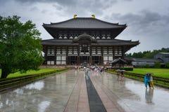人们在Todaji籍寺庙前面的雨中在奈良,日本 免版税图库摄影