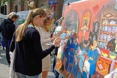 人们在Tverskaya街道上绘城市天870年在莫斯科 免版税库存图片