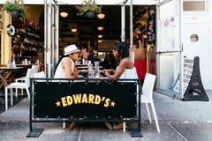 人们坐传统边路咖啡馆在纽约 库存图片