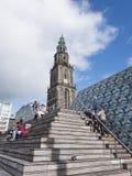 人们坐步在马蒂尼鸡尾酒塔前面的中心广场附近在格罗宁根 库存图片