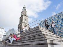 人们坐步在马蒂尼鸡尾酒塔前面的中心广场附近在格罗宁根 免版税图库摄影