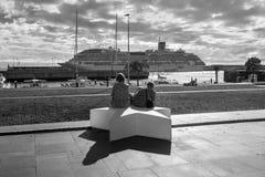 人们坐江边在丰沙尔,马德拉岛海岛, 免版税库存图片