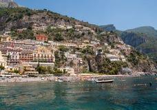 人们基于一个晴天在海滩在阿马尔菲海岸的在这个区域褶皱藻属,意大利波西塔诺 免版税库存图片