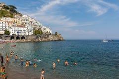 人们基于一个晴天在海滩在阿马尔菲海岸的在这个区域褶皱藻属,意大利阿马飞 库存图片