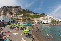 人们基于一个晴天在海滩在阿马尔菲海岸的在这个区域褶皱藻属,意大利阿马飞 图库摄影