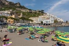 人们基于一个晴天在海滩在阿马尔菲海岸的在这个区域褶皱藻属,意大利阿马飞 免版税库存照片