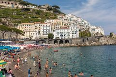 人们基于一个晴天在海滩在阿马尔菲海岸的在这个区域褶皱藻属,意大利阿马飞 库存照片
