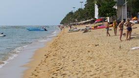 人们基于Jomtien沙滩  pattaya泰国 股票录像