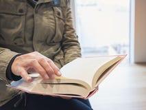 人们打开在图书馆教育概念的书页 库存图片