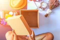 人们打开箱子和花,时钟,在箱子附近的帽子 图库摄影