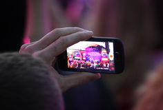 人们拍照片在音乐会期间 免版税库存照片