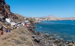 人们拥挤沿岩石海岸线走到红色海滩 读的海滩是其中一个海岛的最普遍的地方 免版税库存照片