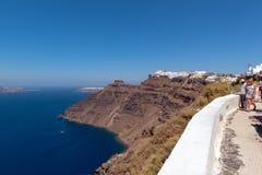 人们拥挤沿岩石海岸线走到红色海滩 读的海滩是其中一个海岛的最普遍的地方 免版税库存图片