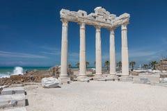 人们探索阿波罗寺庙古老罗马废墟在边, Tur的 库存图片