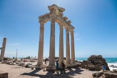 人们探索阿波罗寺庙古老罗马废墟在边, Tur的 免版税图库摄影