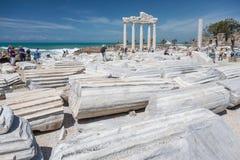 人们探索阿波罗寺庙古老罗马废墟在边, Tur的 图库摄影