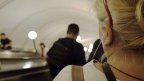 人们攀登自动扶梯 地铁 股票视频