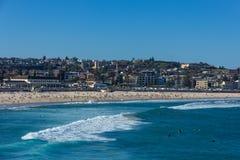 人们放松和有sunbath在Bondi海滩在美好的夏天在悉尼, 免版税库存图片