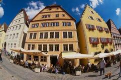 人们放松在街道咖啡馆在集市广场在Rothenburg Ob Der陶伯,德国 库存图片
