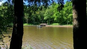 人们是在湖的划船 股票视频