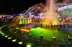 人们是在轻音乐喷泉附近在购物和娱乐复杂伦敦苏豪区广场在晚上, Sharm El谢赫,埃及 免版税图库摄影