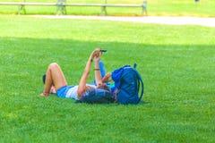 人们是松弛在公开城市公园在维也纳,奥地利 免版税图库摄影