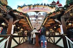 人们有好时间在圣诞节市场上 免版税库存照片