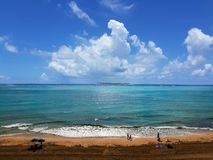 人们有美好时光在海滩在夏天 休闲和时间 免版税库存图片