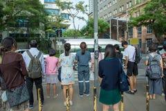 人们横跨街道等待 库存照片